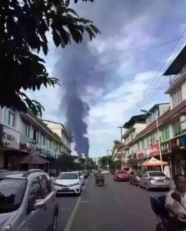 四川石化项目的火炬冒出浓浓黑烟的图片社交媒体广为传播。图片来自微博@李亚玲